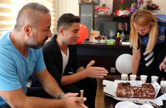 Babasına 'gözaltındayım' diyerek karakolda doğum günü sürprizi yaptı