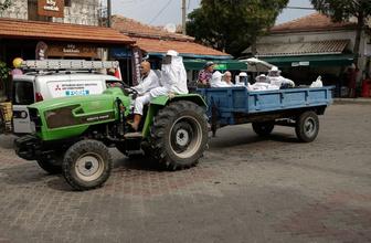 Makam araçlarını bıraktı köyde işe gitmek için traktör kullanıyor