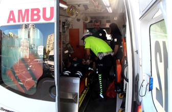 Motosikletiyle önünde seyreden araca çarptı polis memuru yaralandı