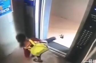 Otomatik kapının sensörüyle oynadı 30'uncu katta mahsur kaldı
