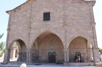 Tarihi kiliseye büyük ayıp! Utanmazlar duvarlarına spreyle yazı yazdılar
