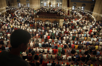 Müslümanlar Kurban Bayramı namazı için camilere aktı renkli görüntüler