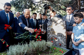 Devlet Bahçeli Türkeş'in kabrini ziyaret etti