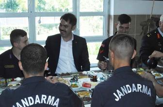 Bakan Murat Kurum, askerlerle bayram kahvaltısı yaptı