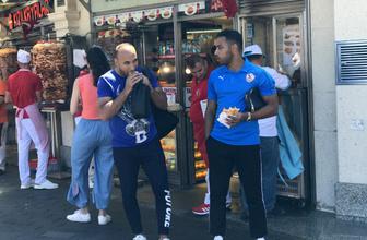 Liverpool ve Chealsea taraftarları Taksim'de gezip döner yedi