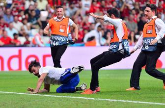 Liverpool Chelsea maçında sahaya giren Youtuber Ali Abdüsselam Yılmaz'a büyük darbe