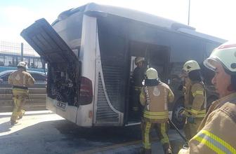 Metrobüs'te yangın çıktı! Büyük panik