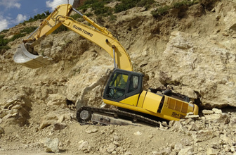 Karama'da 30 tonluk kaya iş makinesinin üzerine düştü