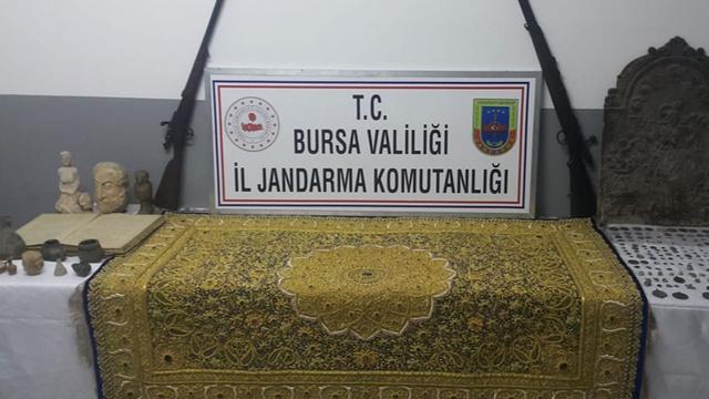Bursa'da altın ve yakut işlemeli halıyı satarken suçüstü yakalandı