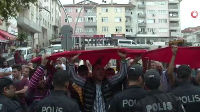 Kocaeli'de belediye önünde eylem yapan pazarcılara polis müdahale etti