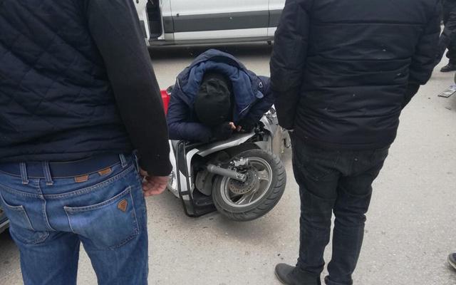 Isparta'da akılalmaz görüntü: Motosiklette sıkıştı!