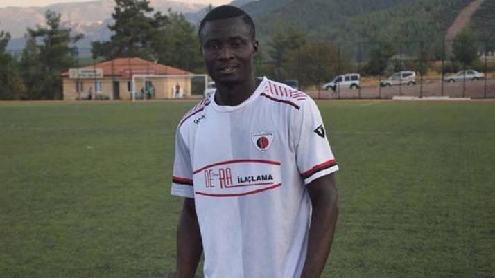 Nijeryalı futbolcu sahada kalp krizi geçirdi