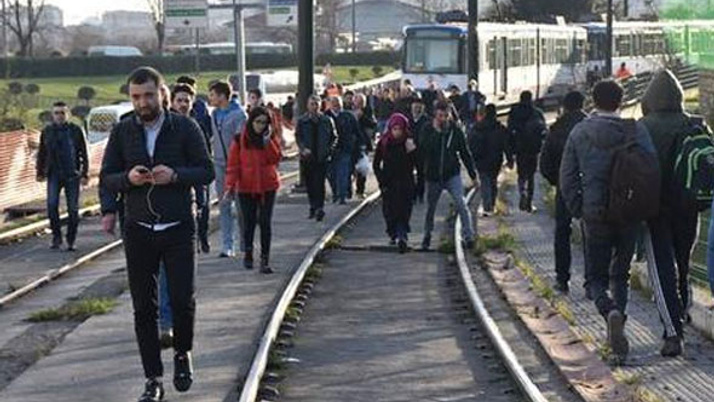 Topkapı'da aynı bölgede tramvay yine raydan çıktı