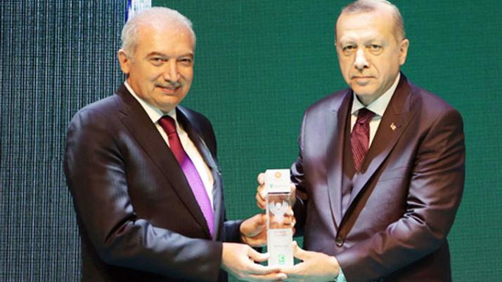 """Mevlüt Uysal'a """"En Yeşilaycı Siyasetçi"""" ödülünü Cumhurbaşkanı Erdoğan verdi"""