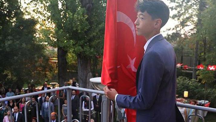 Büyükelçi Türk bayrağı için oğlunu görevlendirdi