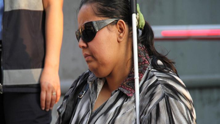 Görme engelli kadın sokağa atıldı!