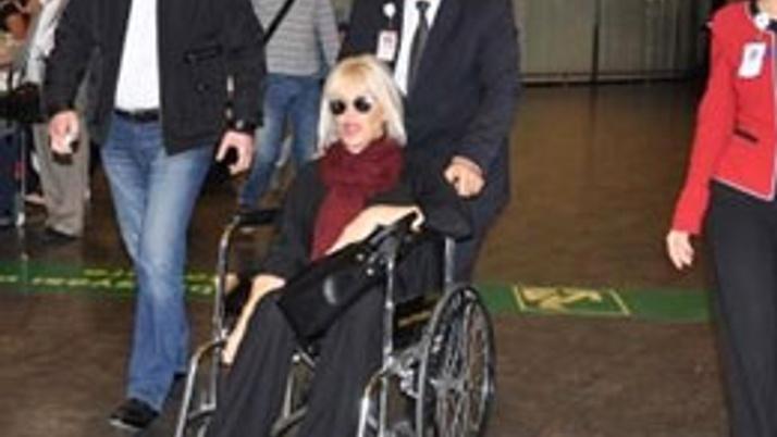 Ajda Pekkan tekerlekli sandalyeyle döndü