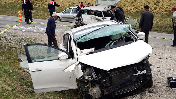 Kastamonu'da seyir halinde iken nişanlısıyla tartıştığı öne sürülen sürücü, direksiyon hakimiyetini kaybetmesi sonucu karşı yönden gelen otomobile çarptı. Kazada 2 kişi öldü, 2 kişide yaralandı. Kaza, Kastamonu-İnebolu karayolu Seydiler ilçesi Ödemiş Mevki'inde meydana geldi. ile ilgili görsel sonucu