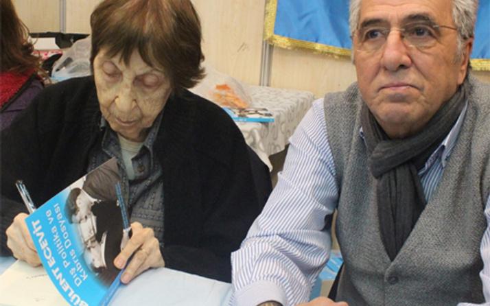 Bülent Ecevit'in kitaplarını imzaladı!