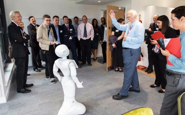 Robotlar bunada el attı yaşlı bakız hizmeti verecekler