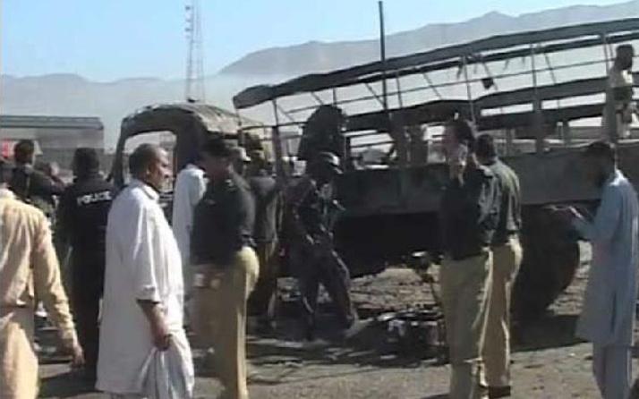 Pakistan'da polis konvoyuna bombalı saldırı: 7 ölü