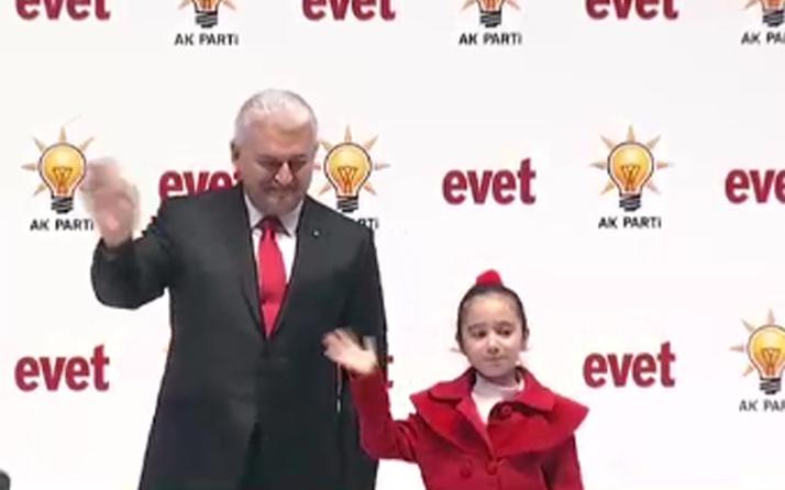 Başbakan Yıldırım'ın sahnede yanındaki kız kimdi?