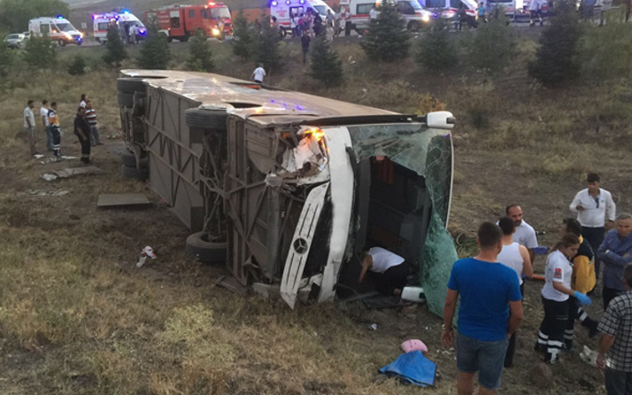 Yolcu otobüsü ineğe çarpıp devrildi çok sayıda ölü ve yaralı var