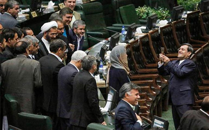 AB Temsilcisi ile selfie yarışı İran'ı karıştırdı!