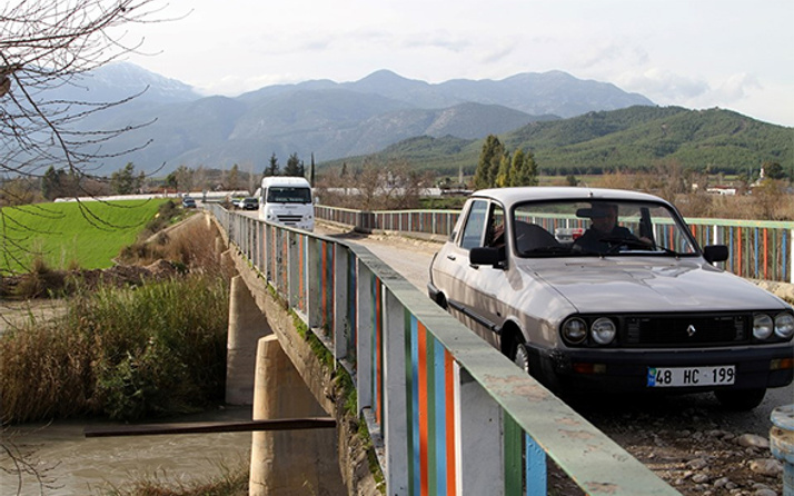 Faciaya davetiye: Hasarlı köprüden tehlikeli geçiş!