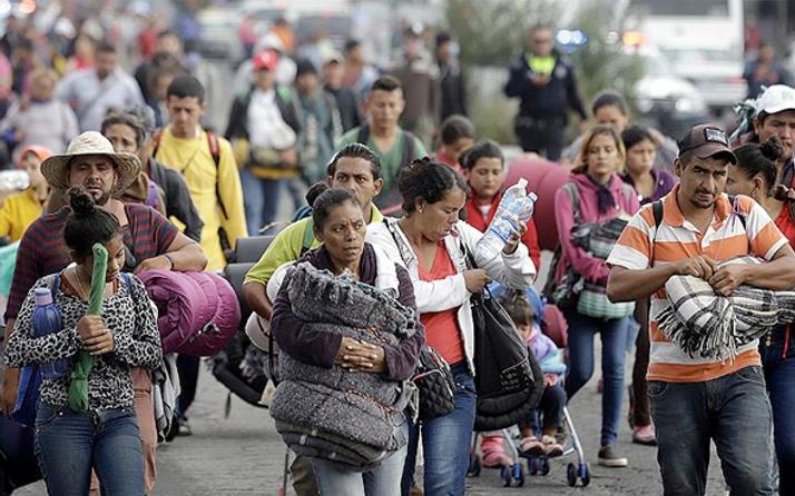 ABD'ye yürüyen göçmen konvoyu yolu yarıladı