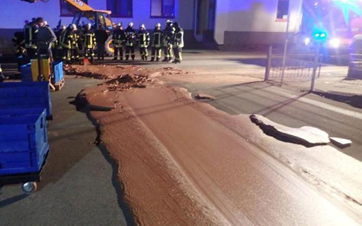 Sokak çikolata gölüne döndü ekipler kürekle temizledi