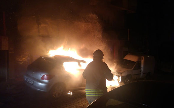 Park halindeki araç gece yarısı alev alev yandı...