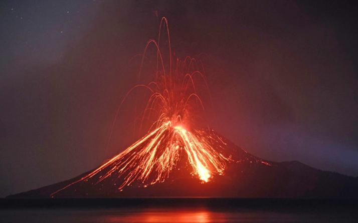 Yanardağı patladı kül ve dumanlar 3 bin metreye kadar yükseldi
