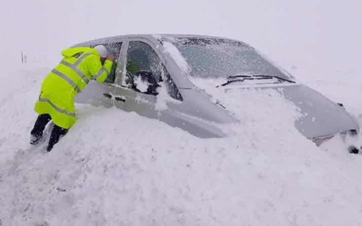 Polis araçların içlerini tek tek kontrol etti