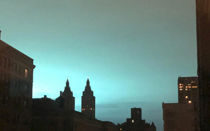 New Yorkluları korkutan mavi ışığın sebebi belli oldu