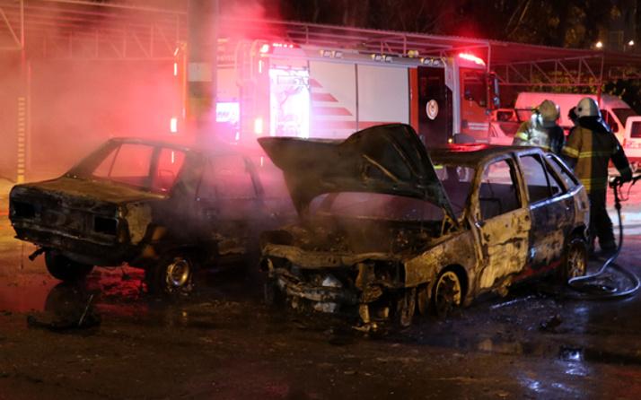 Tamir için bırakılan 2 otomobil yandı
