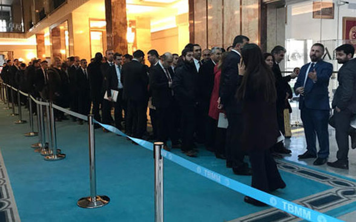 AK Parti grubu önünde kuyruk oluştu bakın sebebi ne?