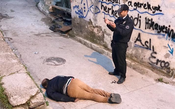 İzmir'de sokak ortasında ceset bulundu polis başında dua etti