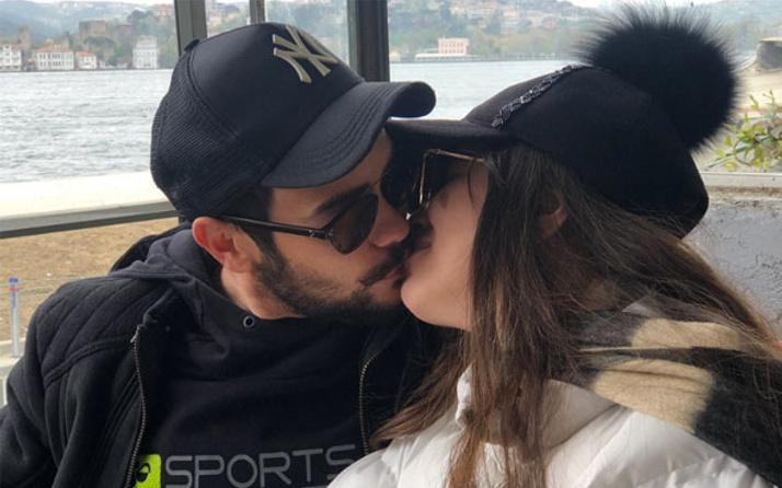 Kimseye aldırmadı dudağından öptü!