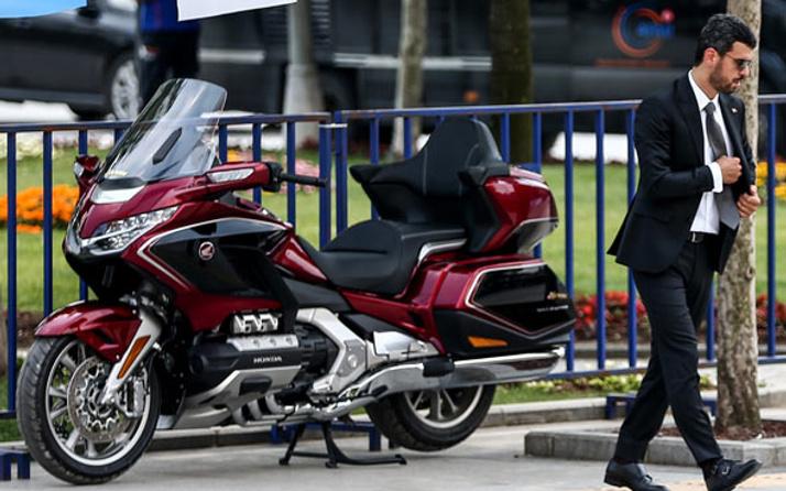 Kenan Sofuoğlu mitinge motosikletle geldi! Arabası olay olmuştu