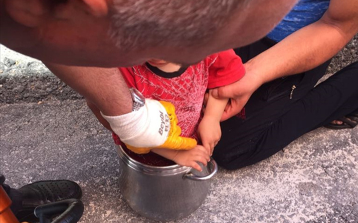 Çorum'da 2 yaşındaki çocuk düdüklü tencereye sıkıştı