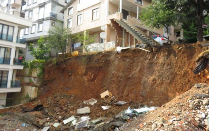 Sancaktepe'de bir okulun duvarı çöktü