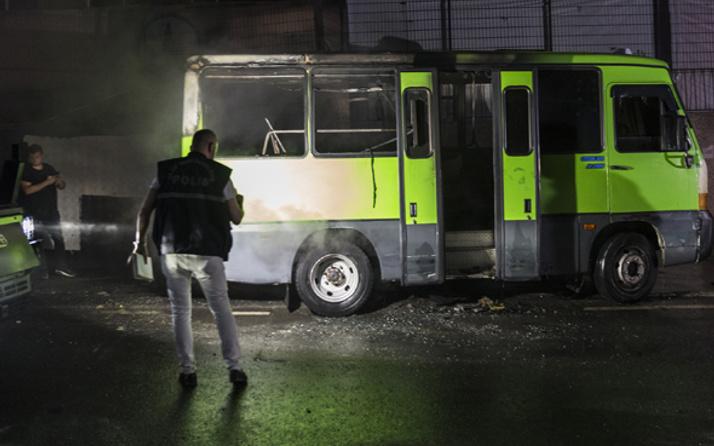Beyoğlu'nda park halindeki minibüs kundaklandı