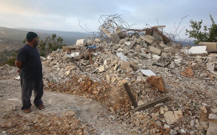 İsrail askerleri Batı Şeria'da Filistinli ailenin evini yıktı