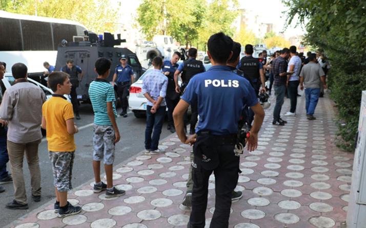 Diyarbakır fena karıştı! Aileler taş ve sopalarla birbirine girdi çok sayıda yaralı var