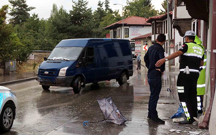 Yoldan çıkan minibüs kaldırımdaki yayaları ezdi: Yaralılar var!