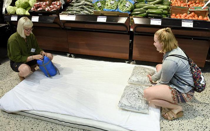 Aşırı sıcaklara ilginç çözüm! Gelin markette uyuyun