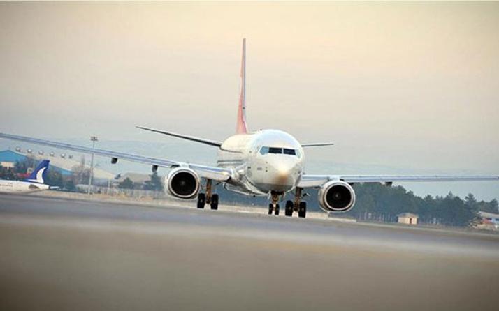 Yolcu uçağına yıldırım çarptı! Aşırı yağış havaalanını felç etti