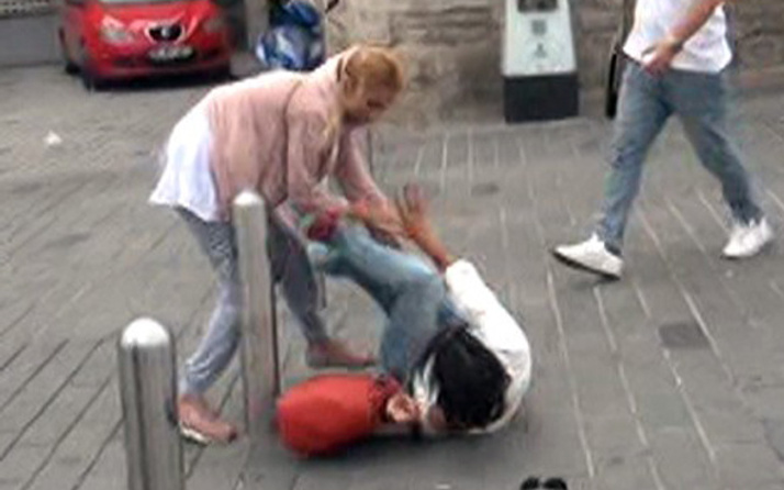 Taksim'de kızların 'omuz atma' kavgası! Saç saça baş başa...