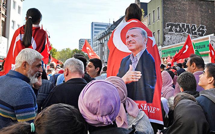 Köln'de Erdoğan rüzgarı! Binlerce kişi saatler önce toplandı